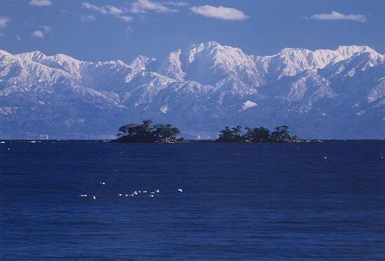富山県氷見市。海越しの立山連峰